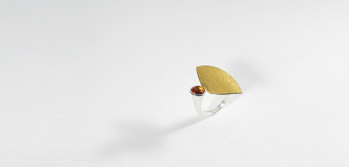 zilveren-ring-gecombineerd-met-beslagen-goud-18-krt-en-granaat.jpg